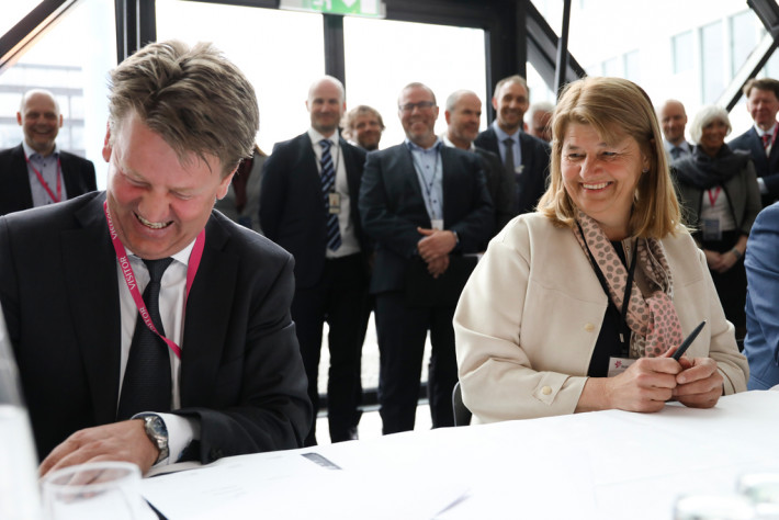 President and CEO Mads Andersen (left) signed the initial P2 contract with Equinor in April 2018. Photo: Ole Jørgen Bratland/Equinor.