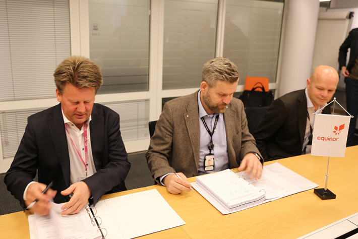 Aibel's President & CEO Mads Andersen (left) signed the contract with Equinor's VP Procurement Capital Projects, Tore Aarreberg and PD Gudrun Phase 2, Tom Elseth. Photo: Aibel.